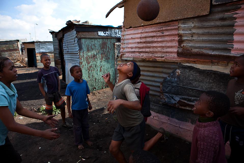 Voetballende jeugd in Soweto