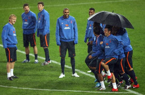 Nederlands elftal onder een paraplu