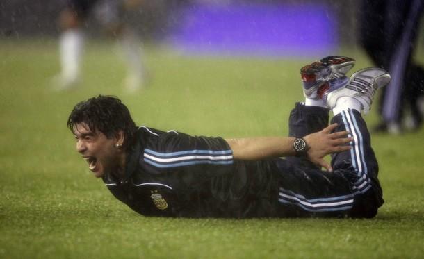 Diego Maradona maakt een buikschuiver