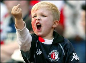 Feyenoord supportertje met middelvinger