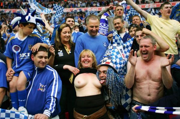 Portsmouth supporter toont borsten