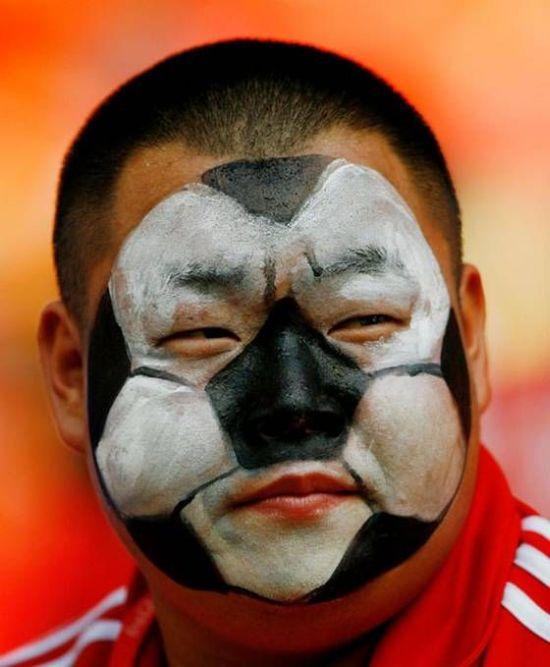 gezicht beschilderd als voetbal