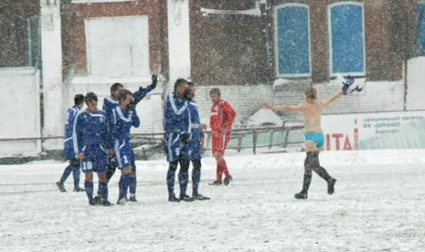 Vrouwelijke russische streaker in de sneeuw