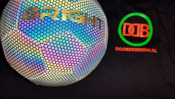 BRIGHT lichtgevende voetbal en Doordebenen.nl